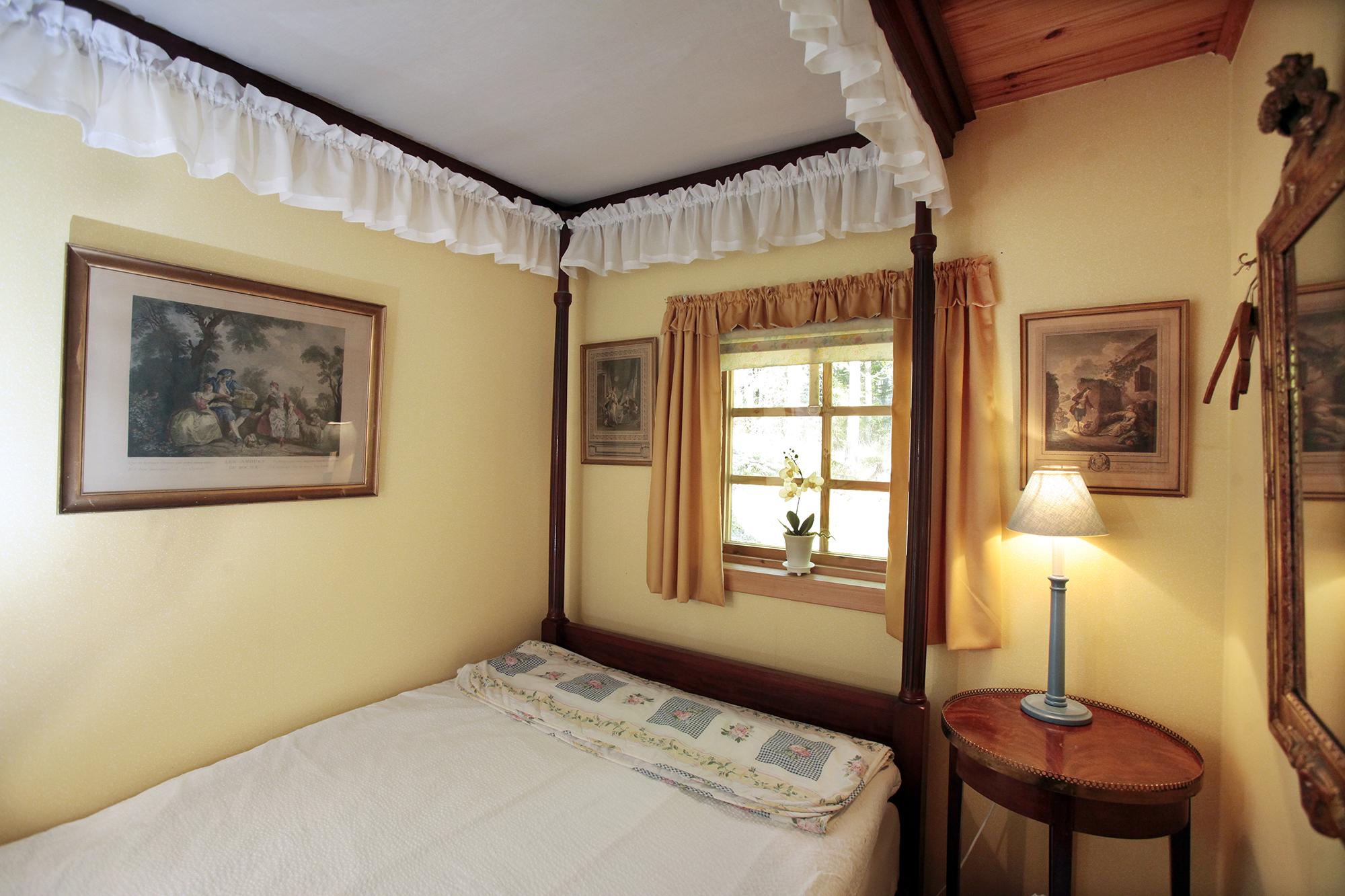 Litet sovrum med 1.2 m bred säng