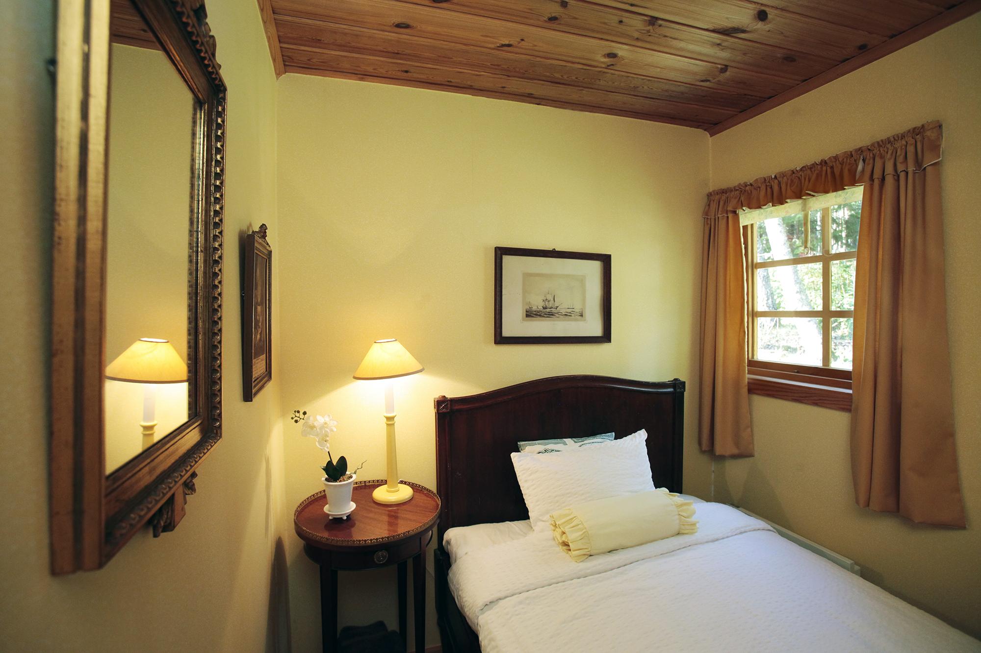 Litet sovrum med 1,2 m bred säng